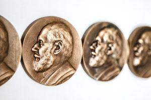 jede medaille hat zwei seiten bedeutung